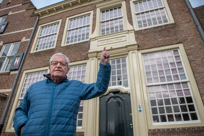 Stadsgids Rudi Thomas bij een van de panden die nog de historische naam draagt: De Gulden Ploegh.