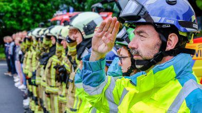 """Brandweerkorpsen houden minuut stilte voor slachtoffers brand in Beringen: """"Veraf of dichtbij:  zo'n voorval grijpt ons naar de keel"""""""