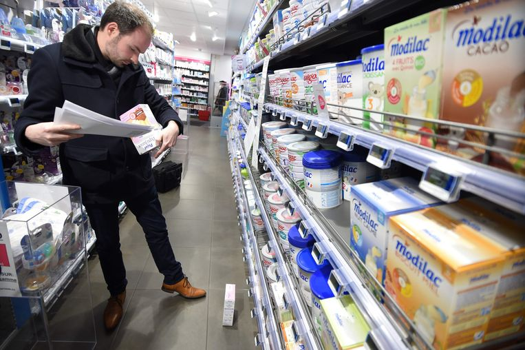 Babymelkproducten worden gecontroleerd in een supermarkt in Orleans.