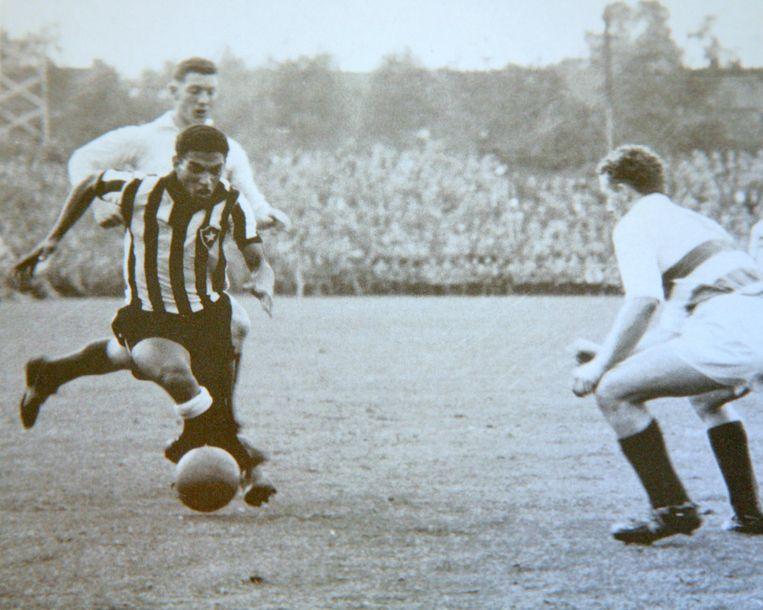 Cor van der Hart (l), de Braziliaanse voetballer Garrincha en Arie Pieneman.  Beeld Tonny Strouken
