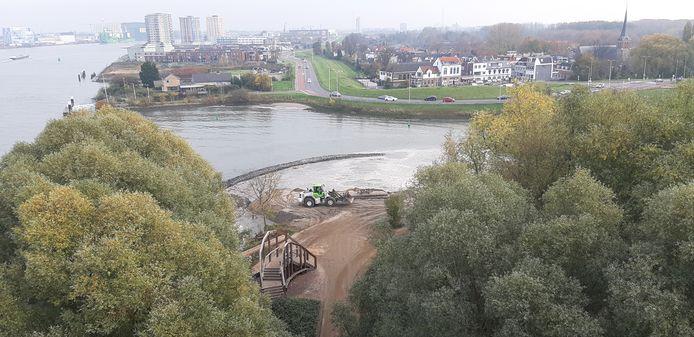 Ook naast de zuidelijke oprit van de Van Brienenoordbrug wordt volop gewerkt aan het eiland. Zwaar materieel rijdt af en aan.