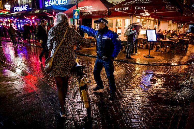 Een BOA van team Rembrandtplein ziet erop toe dat er niet wordt gefietst in het gebied. Sinds 8 augustus worden de BOA's om twee uur 's nachts teruggetrokken. Beeld Rink Hof
