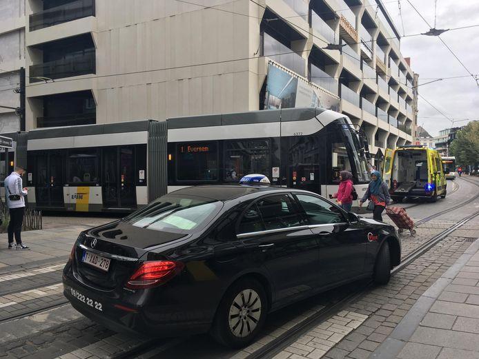 De man belandde om een nog onduidelijk reden met zijn been onder de tram.