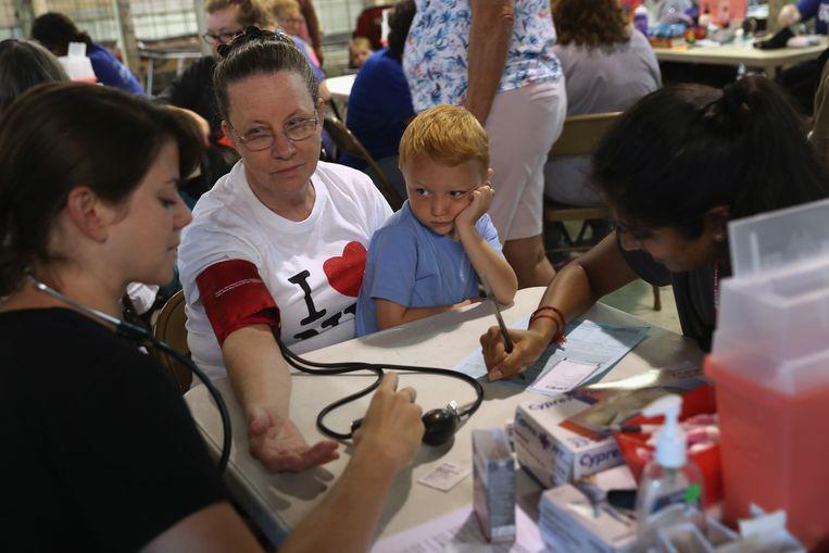 Voor Amerikanen zonder zorgverzekering rijdt de Remote Area Mobile-kliniek door het land. Op de foto's staat hij in het dorp Wise, in Virginia. Mensen uit de omgeving kunnen er gratis zorg krijgen. Beeld Getty Images