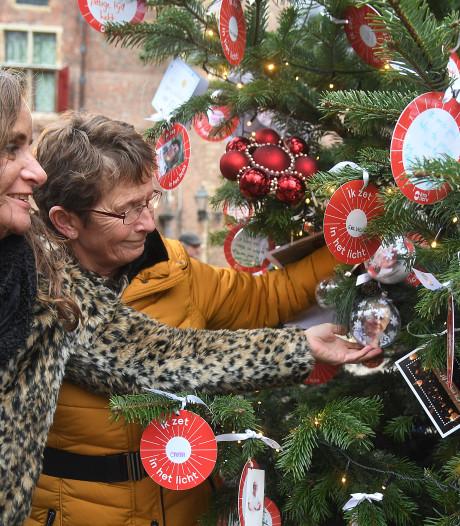'De eerste kerst zonder mijn vader', Middelburgers hangen bijzondere kaartjes in Joris' Kerstboom