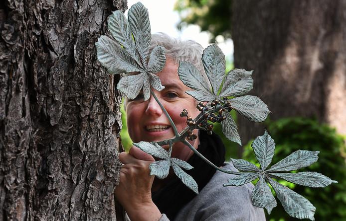 Buren Anjo de Jong met werk tussen de de kastanjebomen.Foto William Hoogteyling