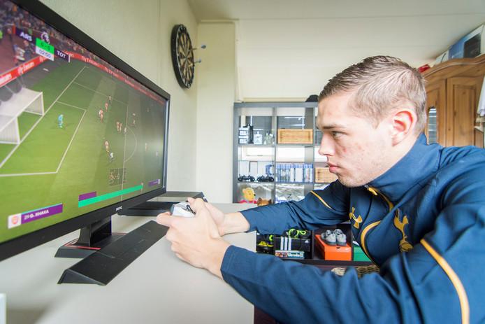 Jaey Daalhuisen is een van de beste gamers ter wereld in het voetbalspel FIFA. Op zijn zolderkamertje speelt hij 40 wedstrijden per week, waarvan hij de meeste wint.