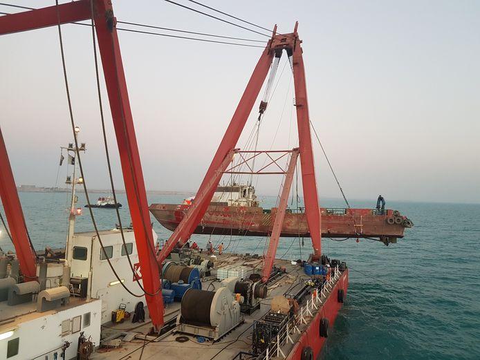 Bergingsbedrijf Koole Contractors haalt het gezonken schip MV Jenin (52 meter) naar boven voor de kust van Dubai.