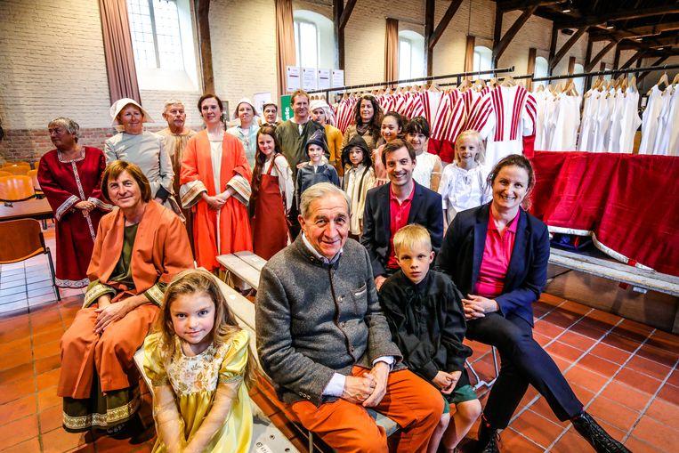 William De Groote van de Confrérie van het Heilig Bloed (centraal) bij de voorstelling van de meest vernieuwende Heilig Bloedprocessie ooit: maar liefst 250 kostuums zijn gelijktijdig vernieuwd.