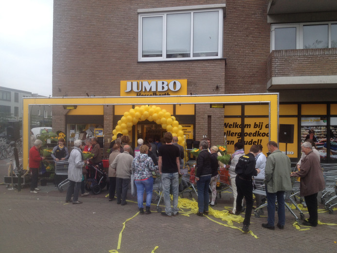 Foto van de opening van Jumbo aan het Capucijnerplein. Nu gaat Jumbo verhuizen naar de Dr. Anton Mathijsenstraat in Budel.