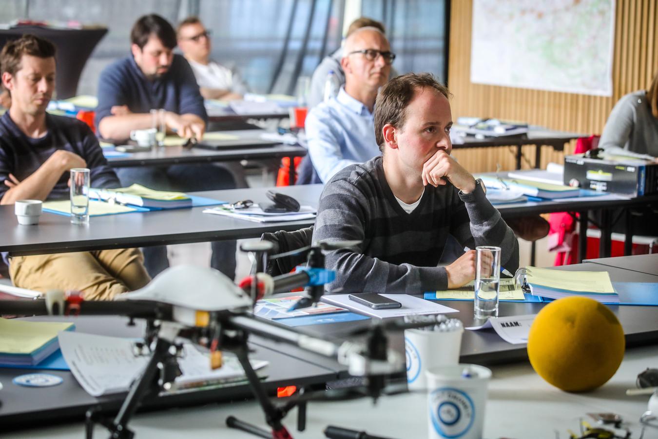 Het zijn  vaak slopende dagen in het opleidingscentrum van Noordzee Drones. Wie een opleiding voor dronepiloot Klasse I volgt, moet drie dagen theorieles volgen.