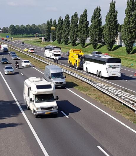 Touringcars met leerlingen uit Elst botsen op A73: enkele lichtgewonden