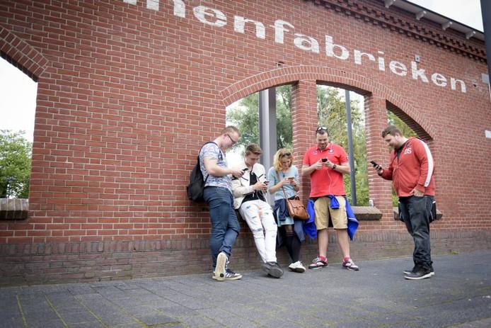 Jongeren spelen Pokémon Go vlakbij De Effenaar.