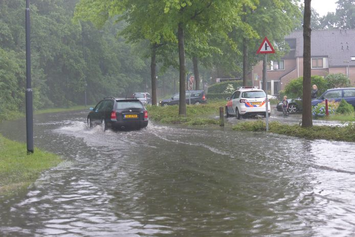 Wateroverlast aan de Gooisehof in Helmond.
