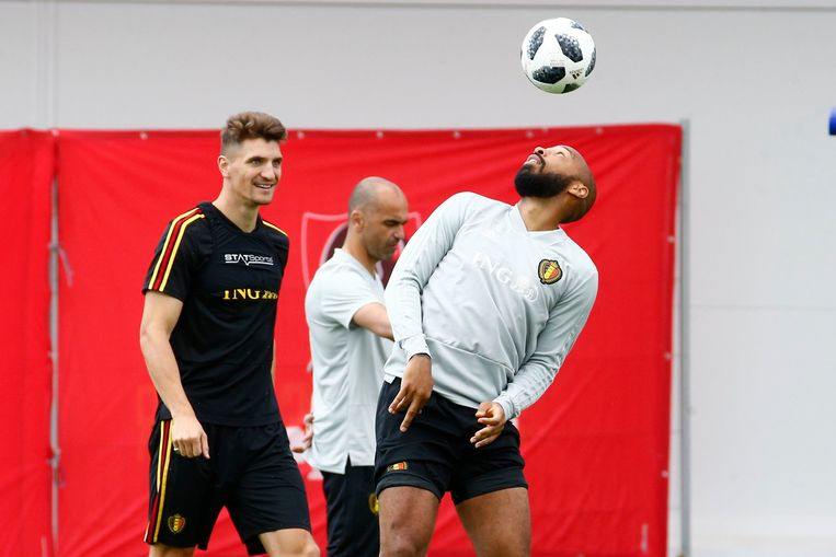 Thomas Meunier kijkt geamuseerd toe hoe Thierry Henry het leer hooghoudt.