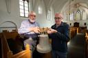 De oude luidklok uit 1477 uit de kerktoren van de oude kerk in Wilsum. Johan Prins (l) en Albert Boeve hebben plannen om er een replica van te maken en terug te plaatsen in de kerktoren.