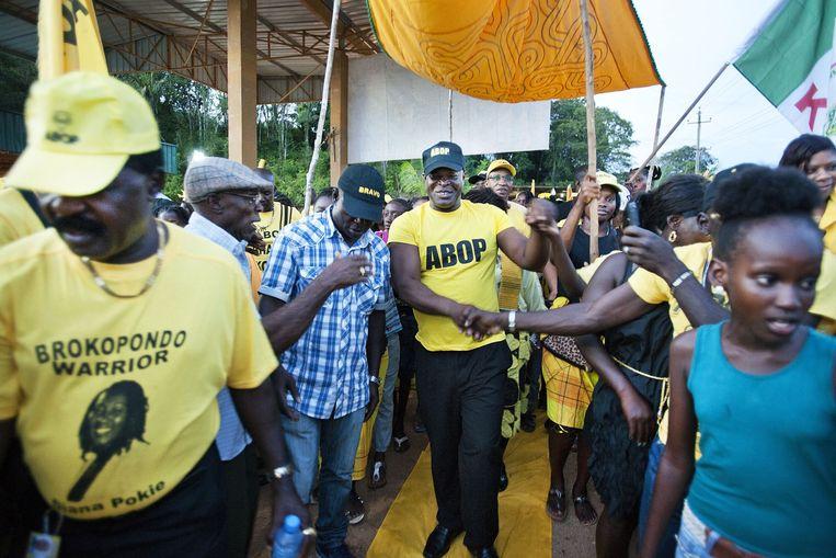 Ronnie Brunswijk op campagne in het district Brokopondo met zijn ABOP-aanhangers. Beeld Guus Dubbelman/de Volkskrant