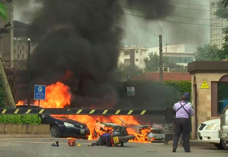 Door de explosie zijn verschillende wagens in brand gevlogen.