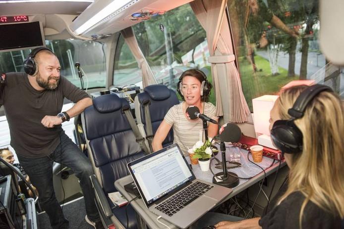 Sprint-atlete Sabine van de Reijt (midden) praat in de Supporterstourbus met Radio 2-dj's Floortje Dessing (rechts) enJeroen Kijk in de Vegteover de kansen van de Sprint-meerkampers Nadine Broersen en Anouk Vetter in Rio. foto Edwin Wiekens/pix4profs