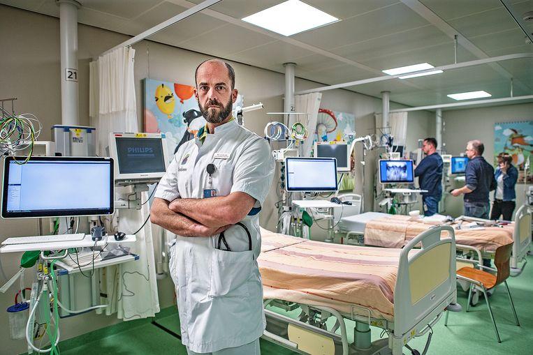 Mark v.d. Kuil, intensive care arts in het Bernhoven Ziekenhuis in Uden. Kamers worden klaar gemaakt voor opvang en behandeling coronapatiënten.  Beeld Guus Dubbelman / De Volkskrant