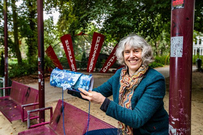 Loes ten Anscher, winnaar van de Deventer Cultuurprijs, op het Vogeleiland.