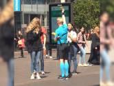 Scheidsrechter Kevin Blom handhaaft de anderhalvemeterregels in Haagse winkelstraat