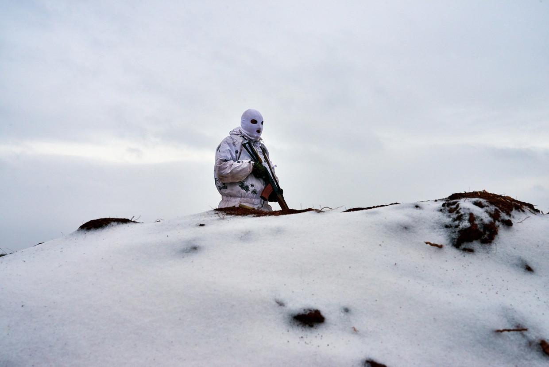 Een Oekraïense soldaat kijkt uit over de grenslijn met de separatisten, vlak bij het dorp Luhanske.