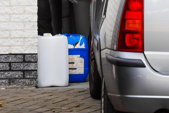 In een Veldhovense schuur vond de politie dinsdag verboden chemicalien.