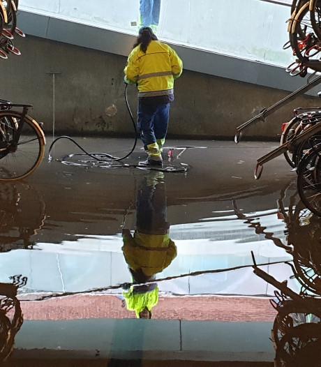 Wateroverlast in fietsenstalling bij station Nijmegen na hoosbuien en harde wind