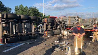 """E17 helemaal dicht richting Gent na ongeval met vrachtwagens: """"Verkeer staat volledig stil"""""""