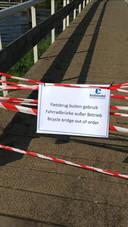 De fietsbrug bij Vakantiepark Bodelaeke is buiten gebruik na vernielingen.