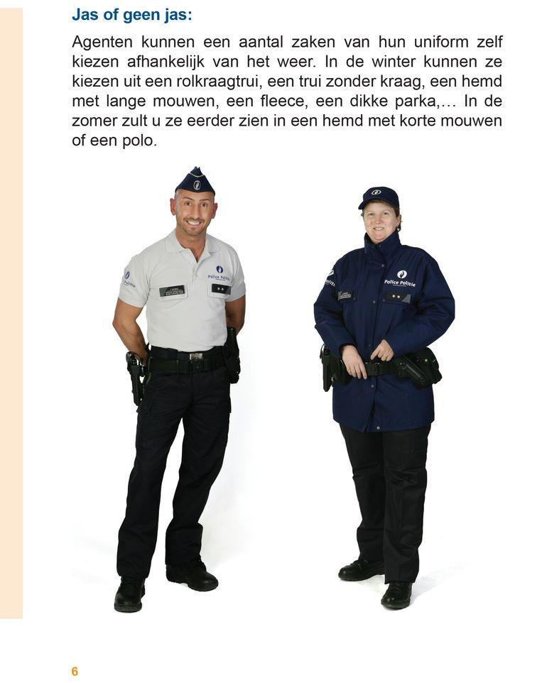 De overheid verspreidt een folder met beelden van de uniformen, om burgers te waarschuwen voor valse agenten. Op de foto: een breed glimlachende politieman met een witte polo.