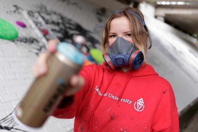 Rosalie de Graaf hoopt dat meer mensen haar benaderen om grote kunstwerken te maken, bijvoorbeeld op de zijkanten van gebouwen.