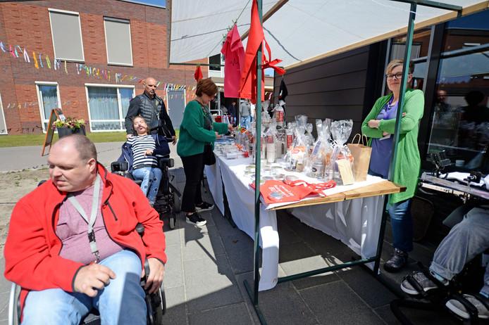 Voorjaarsmarkt met zelfgemaakte artikelen van deelnemers Dagactiviteitencentrum De Singel.