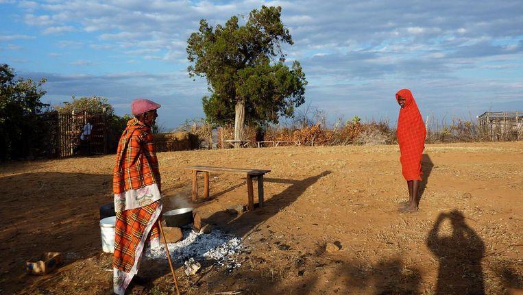 Leteyon Leitiko, een oudere uit de Yaaku-gemeenschap (links): 'Onze taal en cultuur gelden als inferieur aan die van de Masai en daarom willen veel kinderen die niet leren, omdat ze denken dat het toch geen zin heeft.' Beeld afp