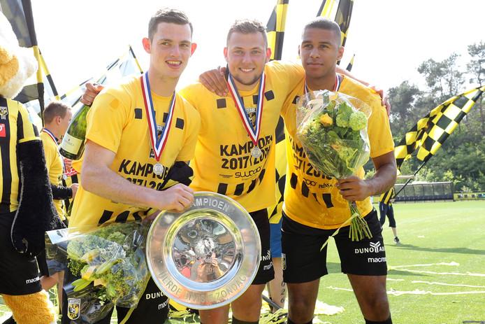 Thomas Buitink, Thomas Oude Kotte en Cali Daniel met de kampioensschaal van Jong Vitesse.
