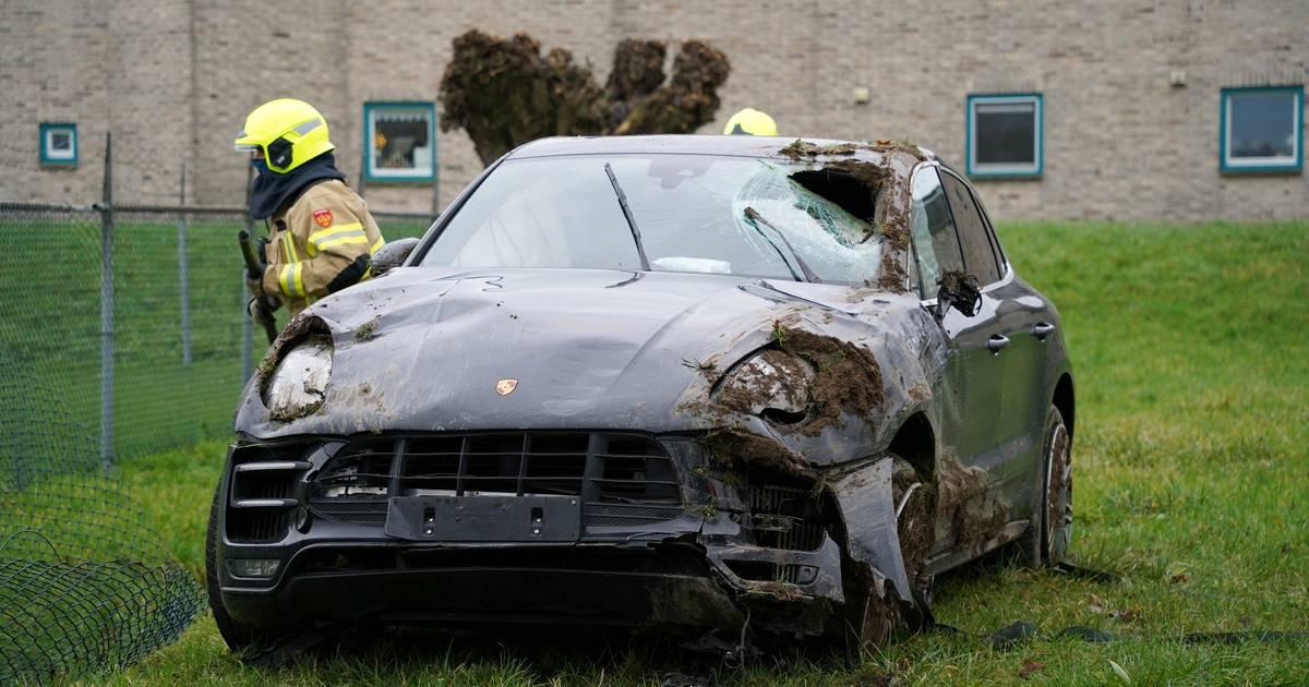 Peperdure Porsche loopt zware schade op door fors ongeluk in Zevenaar.