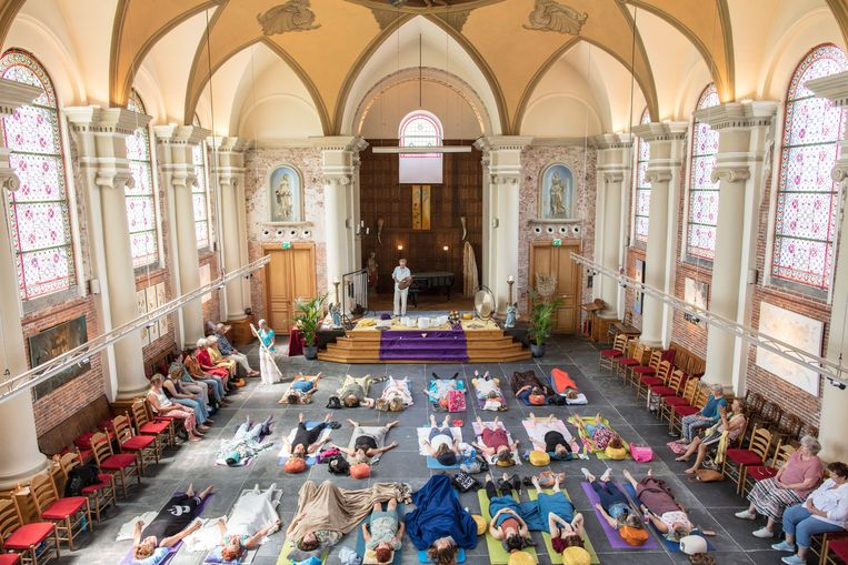 Een meditatieles in de Jacobuskerk in Schipluiden. Beeld Lars van den Brink