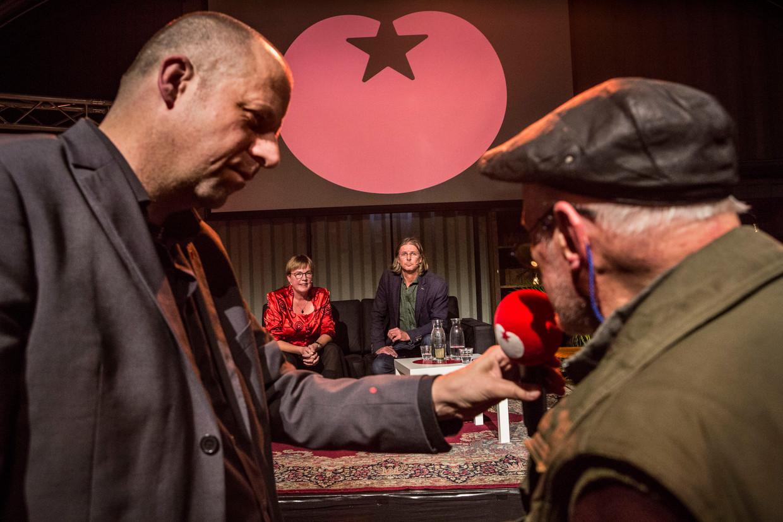 Een doorkijkje op de avond van de SP in Amsterdam, waar kandidaat-voorzitters Jannie Visscher en Patrick van Lunteren vooral het beeld van eenheid proberen te bewaren.