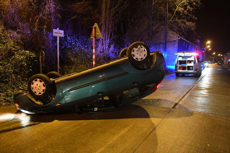 Auto overkop in centrum Holsbeek.