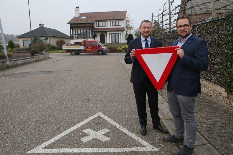 De Vlaams-Brabantse gemeente Glabbeek schafte eind 2017 de voorrang van rechts af. Foto: Burgemeester Peter Reekmans (links) en schepen Simon Vandermeulen.