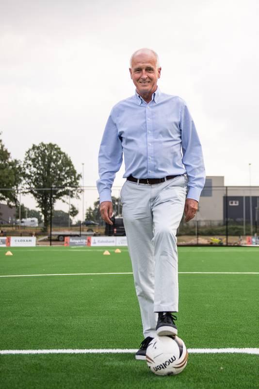 Hans Siers, voorzitter van de vrouwenafdeling van FC Twente, op het nieuwe kunstgrasveld op Het Diekman in Enschede.