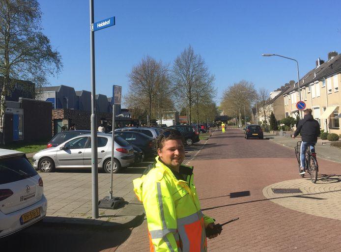 D'angelo Verhappen (20) uit Breda aan het werk in de Lignestraat in Made.