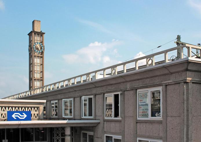 Kunstzaal StARTion op de eerste verdieping van het stationsgebouw. Een grote banier moet de bezoekers helpen om de ingang aan de zijkant bij de fietsenflat te vinden.