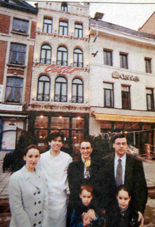 Een foto uit de beginjaren van Els, Alain, Lieve en Renaat voor de zaak op de Grote Markt.