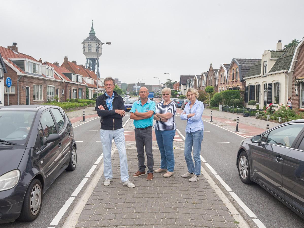 Leden van het actiecomité Buys Ballotstraat bij de gehekelde oversteek.