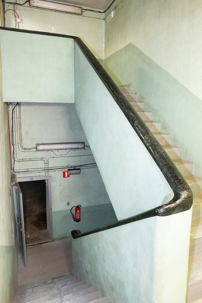 Via een trap bij de Groendienst kom je, ongeveer drie verdiepingen lager, in de bunker.