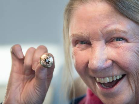 Opluchting: Leny uit Oldenzaal heeft haar per ongeluk verkochte ring weer terug