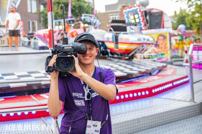 Vrijwilliger van Kermis FM in actie
