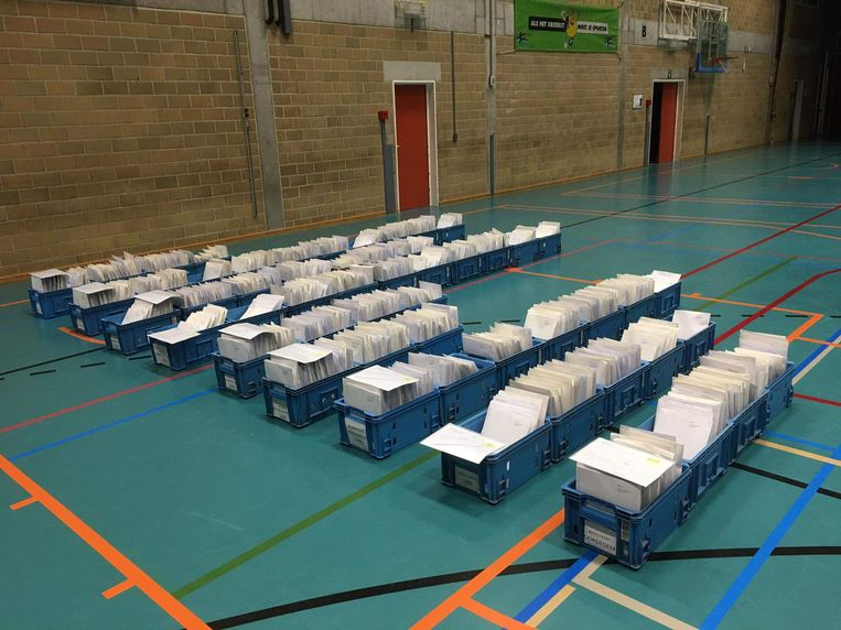 In de gemeentelijke sporthal werden de eerste 1.425 enveloppen al gevuld.